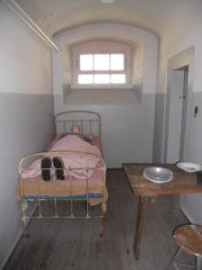 Eine Gefängniszelle im Kellergeschoss des ehemaligen Gefängnisses. Das Gebäude war mit dem benachbarten Amtsgericht durch einen unterirdischen Gang verbunden.
