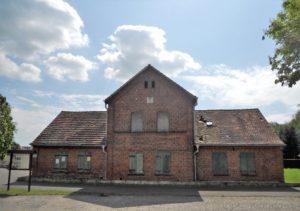 """Das Rote Haus (im Volksmund auch """"Kutscherhaus"""" genannt) Es wurde 1867 als Wohnhaus für die Bediensteten erbaut. Auch nach der Bodenreform diente es bis 1989 als Wohnhaus. Da es mit dem Schloss veräußert wurde, steht es jetzt leer."""