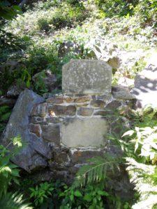 """""""Ach wie schön"""" Dieser Ausspruch steht kaum erkennbar auf der unteren der beiden Sandsteintafeln. Auf der oberen steht: """"Für Johanna und Moritz 1820""""."""