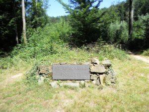 Denkmal des Grafen Heinrich von Brühl: Auf dem aufgeschütteten Steinhaufen thronte bei der Errichtung 1782 noch ein Sarkophag.