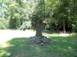 """Der Denkstein auf der Waldwiese: Er wurde 1833 von Carl von Brühl aufgestellt, genau an der Stelle an der sich der Tempel """"Moritz und den ländlichen Freuden"""" befand."""