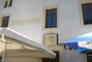 Über dem Eingang des Hauses thront das Wappen der Familie von Brühl und die Unterschrift C. Gr. v. B, was darauf hinweist, dass Carl von Brühl das Gebäude im 19. Jahrhundert neu errichten ließ.