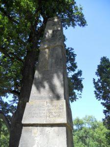 Der Obelisk: Der aus Sandstein gefertigte Obelisk ist ca. acht Meter hoch und steht auf einem ca. fünf Meter hoch aufgeschütteten Hügel und wurde 1784 aufgestellt.