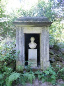 Das Denkmal der Herzogin Amalie von Weimar: Die Herzogin war mit der Familie von Brühl eng befreundet. Die lebensgroße Büste war einst bunt bemalt und wurde wahrscheinlich in der Zeit nach ihrem Tod im Jahr 1807 aufgestellt.