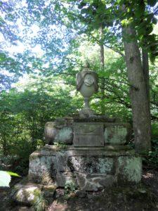 """Das Denkmal des Prinzen Leopold von Braunschweig: Leopold war der Bruder von Anna Amalie von Sachsen-Weimar und ertrank 1785 in der Oder bei Frankfurt, angeblich während er Menschen vor der Flut retten wollte. Um seinen vermeintlichen """"Opfertod"""" ranken sich viele Legenden, die ihren Einzug in die bildende Kunst und die Literatur fanden."""