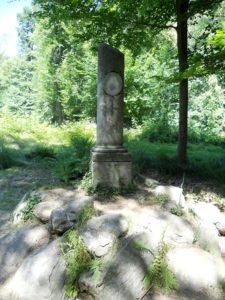 """Lauras Denkmal: Das Denkmal ist der Geliebten des Francesco Petrarca (1304-1374) gewidmet. """"Petrarcas Hütte"""", die nur noch bruchstückhaft erhalten ist, steht direkt daneben."""