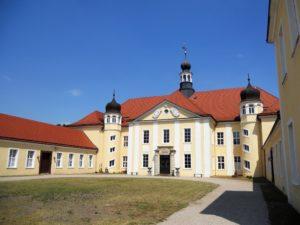 Zwischen dem Hoftor und dem Hauptgebäude liegt der sogenannte Ehrenhof. Der letzte Umbau des Schlosses erfolgte 1894 unter Moritz von Hohenthal. Er ließ die beiden Treppentürme und das Sandsteinportal errichten.