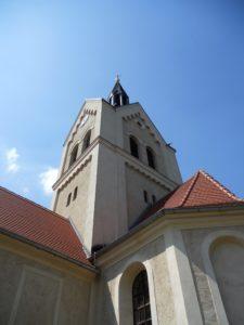 Der Turm wurde nach einem Brand 1867 in seiner heutigen Form erbaut.