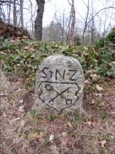 Das ist zum Beispiel ein Grenzstein des Stiftes Naumburg-Zeitz. Er stand einst an der Straße zwischen Großheringen und Hassenhausen.