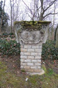 Diese Säule stammt von dem Rittergut Droßdorf. Droßdorf wurde zwischen 1982 und 1983 dem Tagebau geopfert. Das linke Wappen stammt von der Familie von Helldorff, denen damals das Rittergut gehörte.