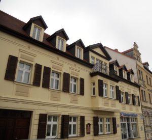 In diesem Gebäude trafen sich in der Nacht vom 2. auf den 3. Mai 1813 König Friedrich Wilhelm III. und Zar Alexander I. nach der Schlacht von Großgörschen und beschlossen den gemeinsamen Rückzug. Tags darauf erreichte Napoleon mit seinen Truppen Groitzsch und lehnte sich dabei an einen Kirschbaum.