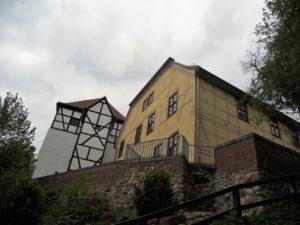 Das Gebäude auf der rechten Seite ist das Amtshaus. Es wurde 1780 errichtet.