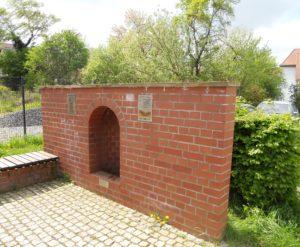 Der Artesische Brunnen Schon seit 1898 gab es artesische Brunnen in Bad Düben. Durch den Braunkohleabbau im nahen Bitterfeld sank der Grundwasserspiegel allerdings so sehr ab, dass die Quellen versiegten. Erst durch die Flutung der Tagebaue und einer Bohrung im Jahr 2008 kann dieser Brunnen wieder sprudeln.