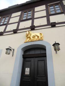 Das Gasthaus zum Goldenen Löwen ist die älteste Gaststätte der Stadt und wurde erstmalig in einem Ablassbrief aus dem Jahr 1494 erwähnt.