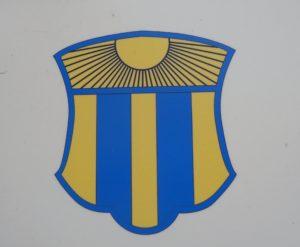 Das Wappen der Stadt zeigt im oberen Teil eine Sonne und im unteren Teil die oft kopierten Landsberger Pfähle.