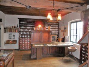Die schöne Apothekeneinrichtung stammt aus der Zeit um 1900.