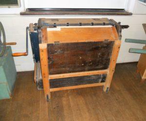 Diese Sackklapper (um 1930) diente zum Reinigen von Mehlsäcken.
