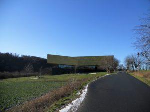 Die Architektur der Arche Nebra soll an ein Fernrohr erinnern bzw. an die Barke auf der Himmelsscheibe.