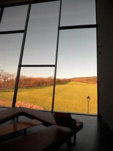 Vom großen Panoramafenster aus kann man schon den Aussichtsturm erblicken.