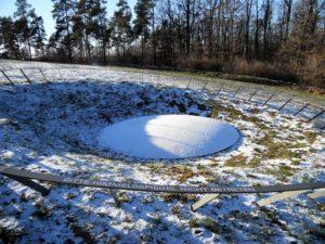 Unter dieser Schneedecke wurde die Scheibe am 4. Juli 1999 mit anderen Beifunden von sehr bösen Raubgräbern gefunden (Ich schreibe hier lieber nicht hin, was ich von solcherlei Menschen halte, aber abgrundtiefe Verachtung trifft's ganz gut).