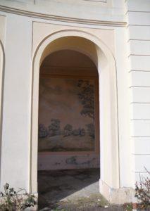 Die Arkaden sind mit romantischen Landschaftsszenen ausgemalt.