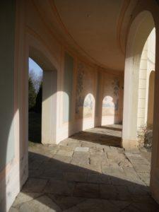Durch die Arkaden gelangt man auch in den Schlosspark.