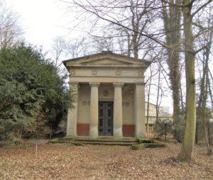Die um 1848 erbaute Grablege der Familie von Ritzenberg ist nach dem Vorbild eines dorischen Tempels errichtet.