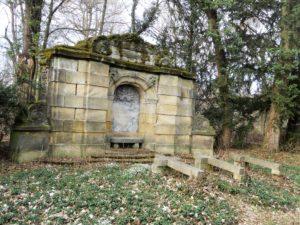 Die Grablege der Familie von Zimmermann befindet sich direkt gegenüber des Tempelchens.