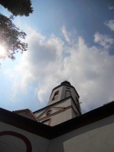 Dorfkirche; im 13. Jh. erbaut; 1690-93 Umbau und Vergrößerung