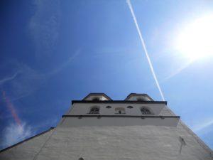 St.-Laurentius-Kirche; im 12. Jh. als romanische Hallenkirche erbaut; 1382 bei Stadtbrand größtenteils zerstört; bis 1463 Neubau als gotische Hallenkirche; 1895-97 Sanierung; 1933-35 Sanierung