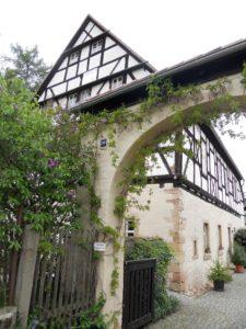 Eines der ehemaligen Wirtschaftsgebäude des Klosters dient heute als Wohnhaus.