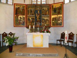 Das Altarretabel gehört mit zu den ältesten Ausstattungsstücken der Kirche und wurde im Jahr 1460 von zwei Hallenser Kaufleuten gestiftet.