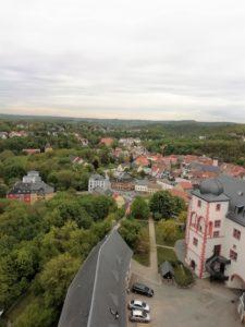 Der Blick vom Bergfried auf das Schloss und die Stadt Weida