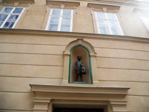 Im Rahmen eines Kunstprojektes wurden die kleinen Nischen an Häusern, in denen sich sonst Heiligenfiguren befanden, mit neuen Skulpturen bestückt. Man kann sie überall in der Stadt finden.