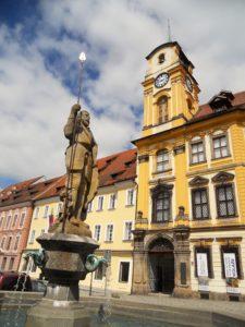 Das Rathaus wurde in den Jahren 1723 und 1727 von Giovanni Battista Alliprandi gebaut. Auf dem Brunnen davor steht eine Rolandstatue.