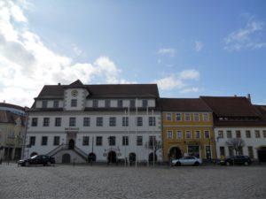 Der rechte Gebäudeteil des Rathauses ist eine Erweiterung aus dem Jahr 1928. Vorher war es ein eigenständiges Gebäude. Das sogenannte Kullmann'sche Haus (ehemals Markt 2) gehörte J. Kullmann, welcher darin ab dem Jahr 1850 eine Druckerei betrieb.