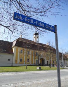 Das Schloss liegt in der Johann-Gottlieb-Fichte-Straße. Anlässlich des 200. Geburtstages des Philosophen im Jahr 1962 wurde die Straße nach ihm benannt. Alle anderen Straßen wurden erst im Jahr 1972 mit einem Namen versehen.