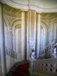 Das Treppenhaus weist eine illusionistische Wandbemalung auf.