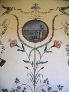 Detail aus dem Pfauenzimmer/Bulgarischen Zimmer. Die Bemalung orientiert sich am pompejanischen Stil der Antike. Warum der Raum ab 1937 als Bulgarisches Zimmer bezeichnet wurde, ist nicht bekannt.