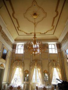 Der Spiegelsaal ist der größte und höchste Raum des Schlosses. Bei seiner ursprünglichen Ausstattung war der Raum in schlichtem Weiß gehalten. Das gülden-beige Farbmuster wurde erst im Jahr 1901 angebracht. Der vergoldete Bronzekronleuchter stammt ursprünglich aus dem Brühlschen Palais aus Dresden, welches im Jahr 1900 abgetragen wurde.