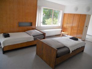Das Schlafzimmer der Eltern. Sie waren offensichtlich keine Freunde des Familienbetts. Das ist so erfrischend wunderbar.