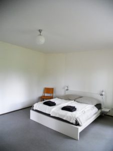 Eines der Gästezimmer, in denen man übernachten kann. Wieso machen sich Hotels eigentlich immer so einen Stress mit der Inneneinrichtung?