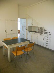 """Die Küche folgt dem architektonischen Konzept der """"Frankfurter Küche"""". Dabei handelt es sich um einen bedeutenden Vorläufer der modernen Einbauküche."""