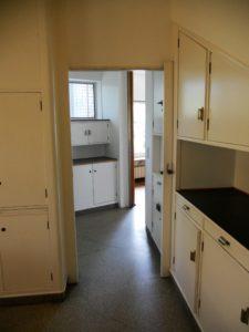 Der Blick von der Küche in die Waschküche. Hinten rechts geht es wieder in das Esszimmer.
