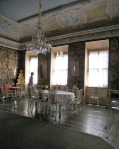 In den Wintermonaten kann man die repräsentativen barocken und klassizistischen Räume leider nur durch eine verglaste Wand betrachten, da menschliche Atemluft für historische Räume leider schlecht ist.