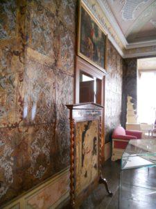 Der Ledertapetensaal stammt aus der Zeit um 1720. Er besteht aus 116 zusammengenähten und bemalten Kalbshäuten. Bei aller Liebe für künstlerisches Handwerk ist das schon ein bisschen eklig, wenn man länger darüber nachdenkt. Oder würdet ihr euer Wohnzimmer gerne mit Haut bespannen?