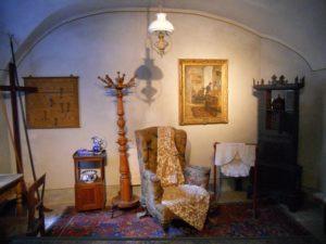 Die Dienerkammer zeigt das rekonstruierte Zimmer des Nachtdieners. Der Raum wurde anhand des Schlossinventars von 1891 eingerichtet.