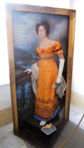 Amalie Auguste (1801-1877) stammte aus dem Geschlecht der Wittelsbacher. Hier ist sie auf einer Reproduktion eines Gemäldes von Joseph Karl Stieler zu sehen. Mit dieser Art von 3-D-Gemälden präsentieren sich viele ehemalige Schlossbewohner*innen auch jüngeren Besuchergruppen. Das ist wieder einmal eine gelungene Form von Museumspädagogik.