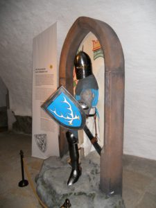Je höher man im Schloss steigt, desto älter wird die Schlossgeschichte. Und wie hier im ehemaligen Vorsaal zu sehen, werden auch die historischen Gestalten etwas rauer.