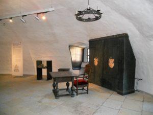 """Der Gerichtssaal hat nicht nur während des Mittelalters und der Frühen Neuzeit eine Rolle gespielt. Auch die Zeitgeschichte hat sich episodenhaft darin niedergeschlagen. In diesem Raum wurden nämlich während 1940er Jahre Akten, Bestandskarteien und Kunstwerke zwischengelagert, die für das von Adolf Hitler geplante """"Führermuseum Linz"""" vorgesehen waren. Nach dem Ende des Krieges wurden die gelagerten Akten in die Sowjetunion verbracht."""